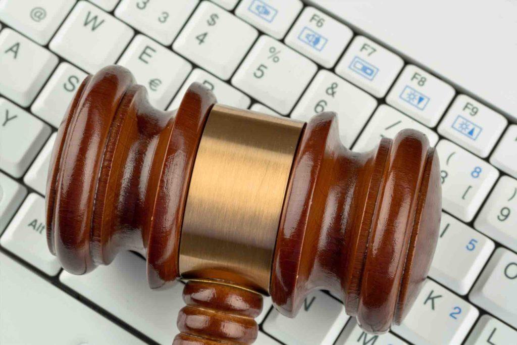 Hammer liegt auf Tastatur