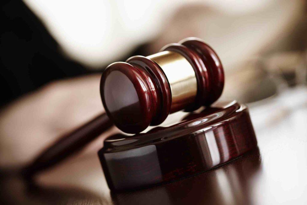 Gerichtshammer für Zivilrecht liegt am Tisch